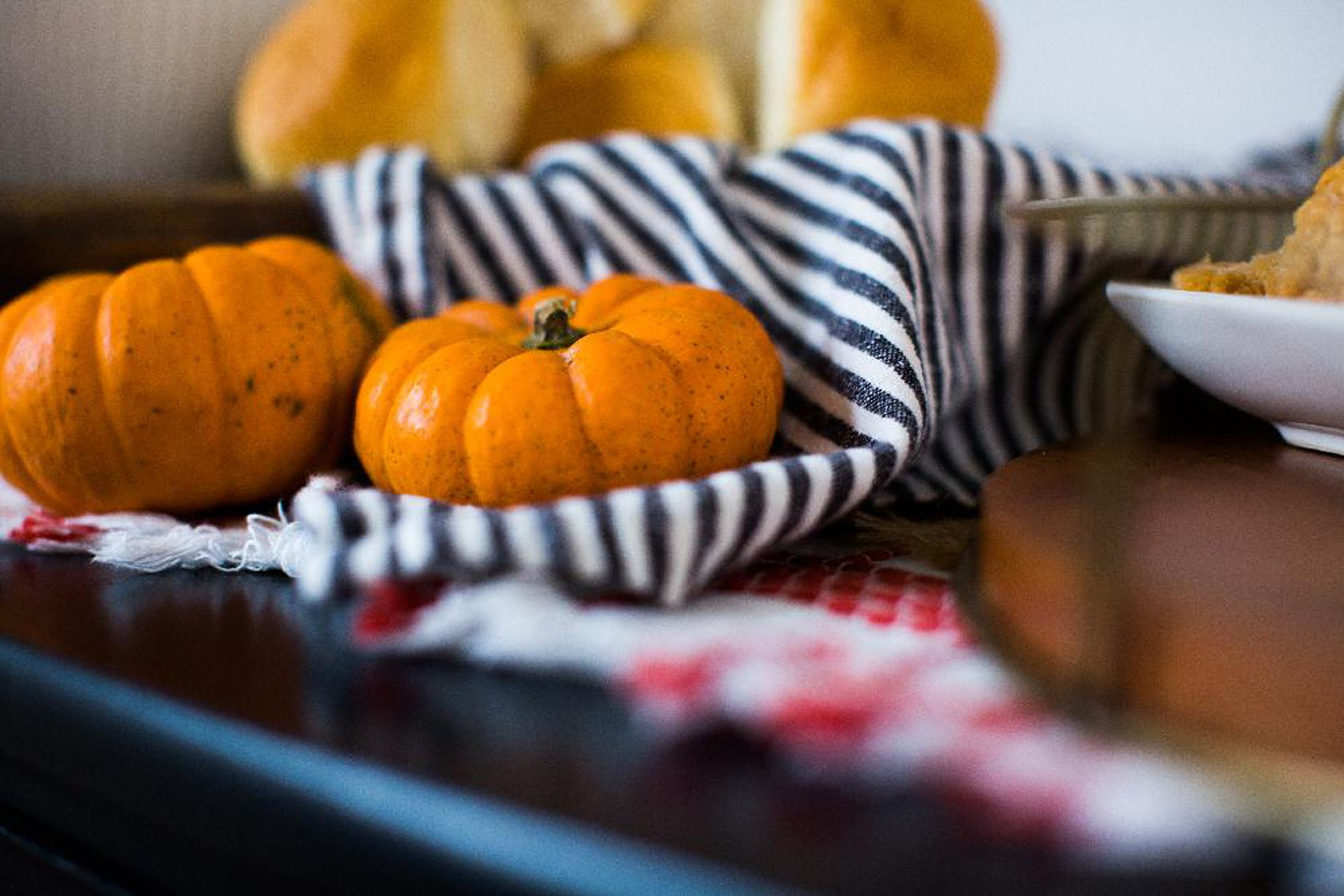 simple pumpkin decor for hosting a friendsgiving